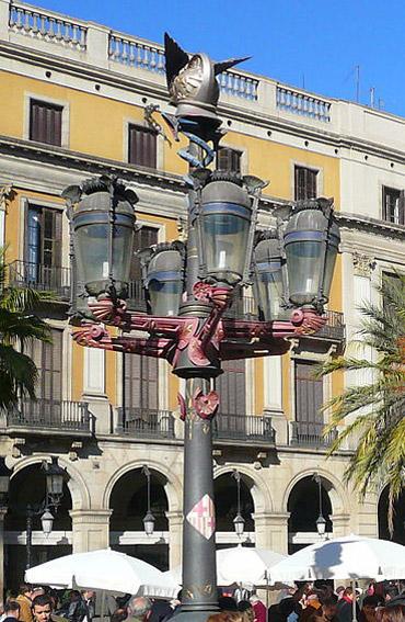 Barcelona_Placa-Reial-gaudi